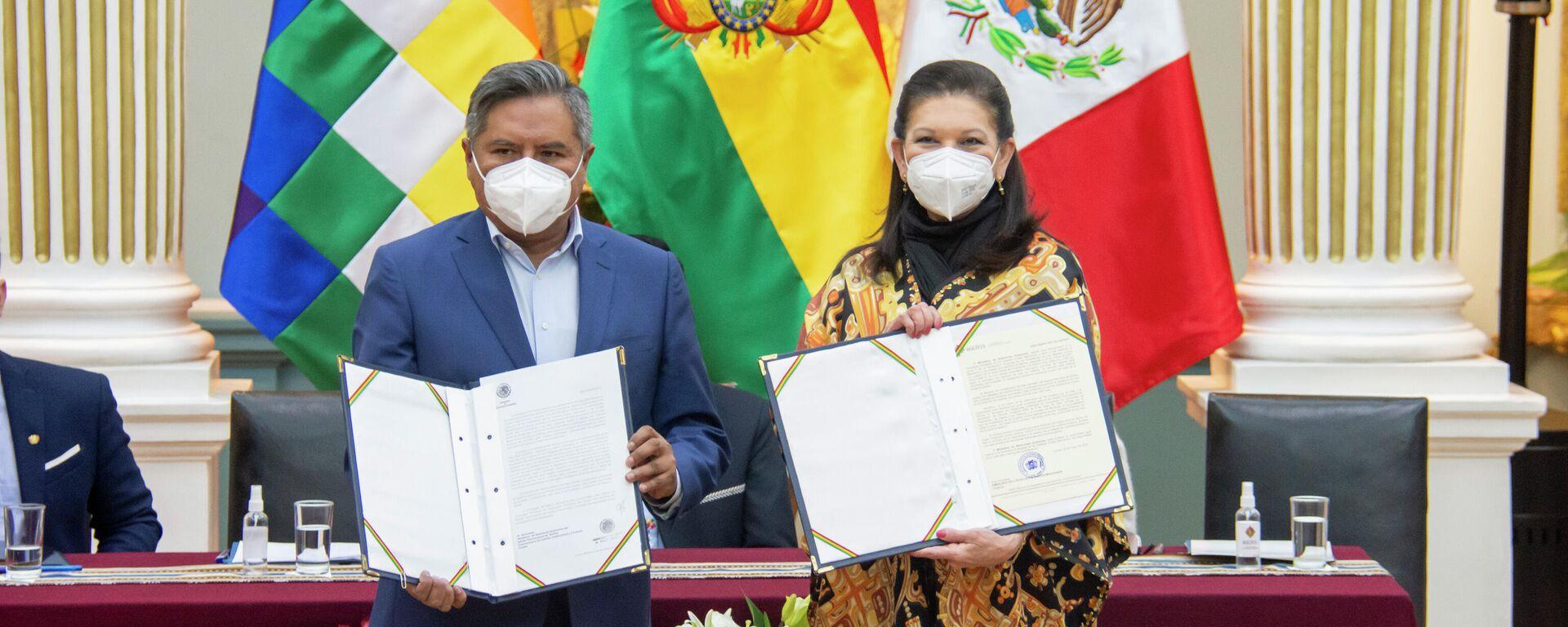 Ministro de Relaciones Exteriores de Bolivia, Rogelio Mayta, y la embajadora mexicana en Bolivia María Teresa Mercado - Sputnik Mundo, 1920, 14.07.2021