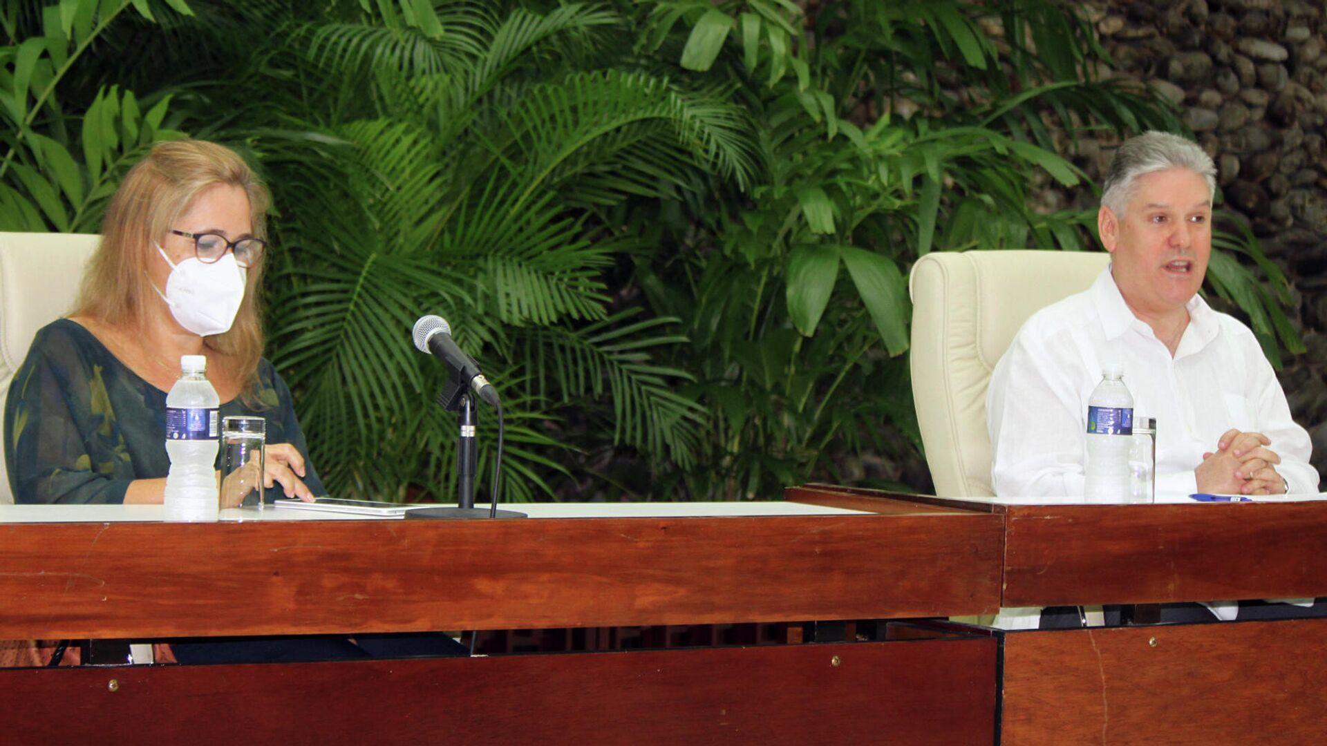 Iliana Fonseca, subdirectora general de Prensa, Comunicación e Imagen de la cancillería, y Alejandro Gil, vice primer ministro y titular de Economía de Cuba  - Sputnik Mundo, 1920, 21.05.2021