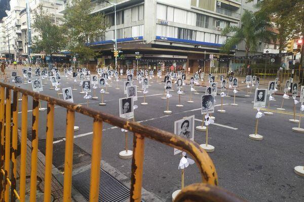 Imágenes en blanco y negro de los casi 200 desaparecidos durante la dictadura militar en Uruguay de 1973 a 1985 colocadas en Montevideo para conmemorar un año más de la 'Marcha del Silencio'  - Sputnik Mundo