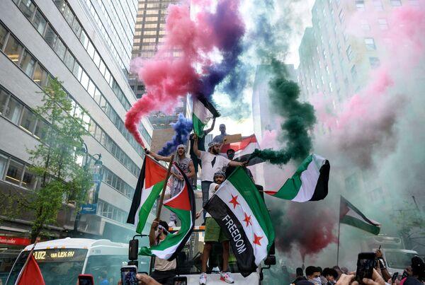 Unos manifestantes propalestinos con banderas palestinas y sirias en el centro de Manhattan, Nueva York (EEUU).  - Sputnik Mundo