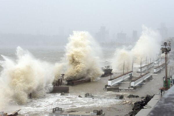 Las olas gigantes provocadas por el ciclón Tauktae inundan la costa de Mumbai (la India).  - Sputnik Mundo
