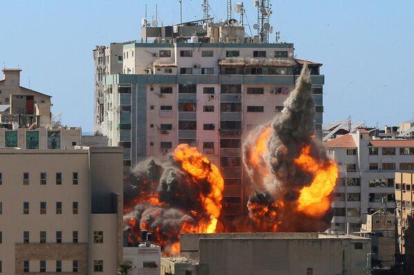 Los ataques israelíes contra la torre Al Jalaa, en Gaza, en la que se encontraban las oficinas de Associated Press, de Al Jazeera y de otros medios internacionales. - Sputnik Mundo