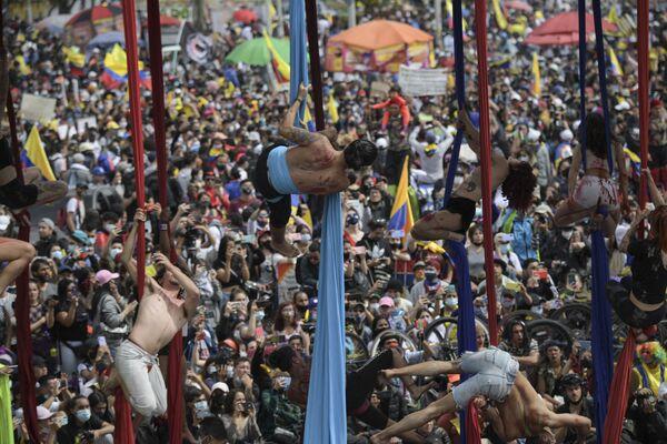 Varios artistas durante la manifestación antigubernamental en Bogotá (Colombia).  - Sputnik Mundo