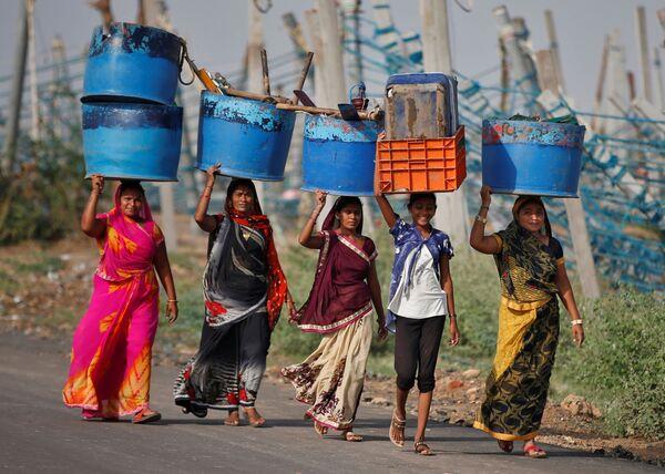 Unas mujeres salvan sus pertenencias después del ciclón Tauktae en el estado de Gujarat (la India).  - Sputnik Mundo