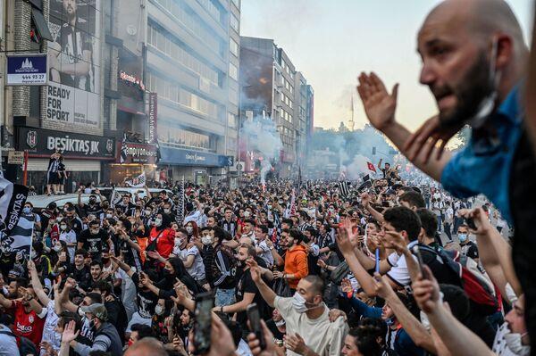 Unos hinchas del club de fútbol Besiktas celebran su victoria en la Superliga de Turquía en Estambul.  - Sputnik Mundo