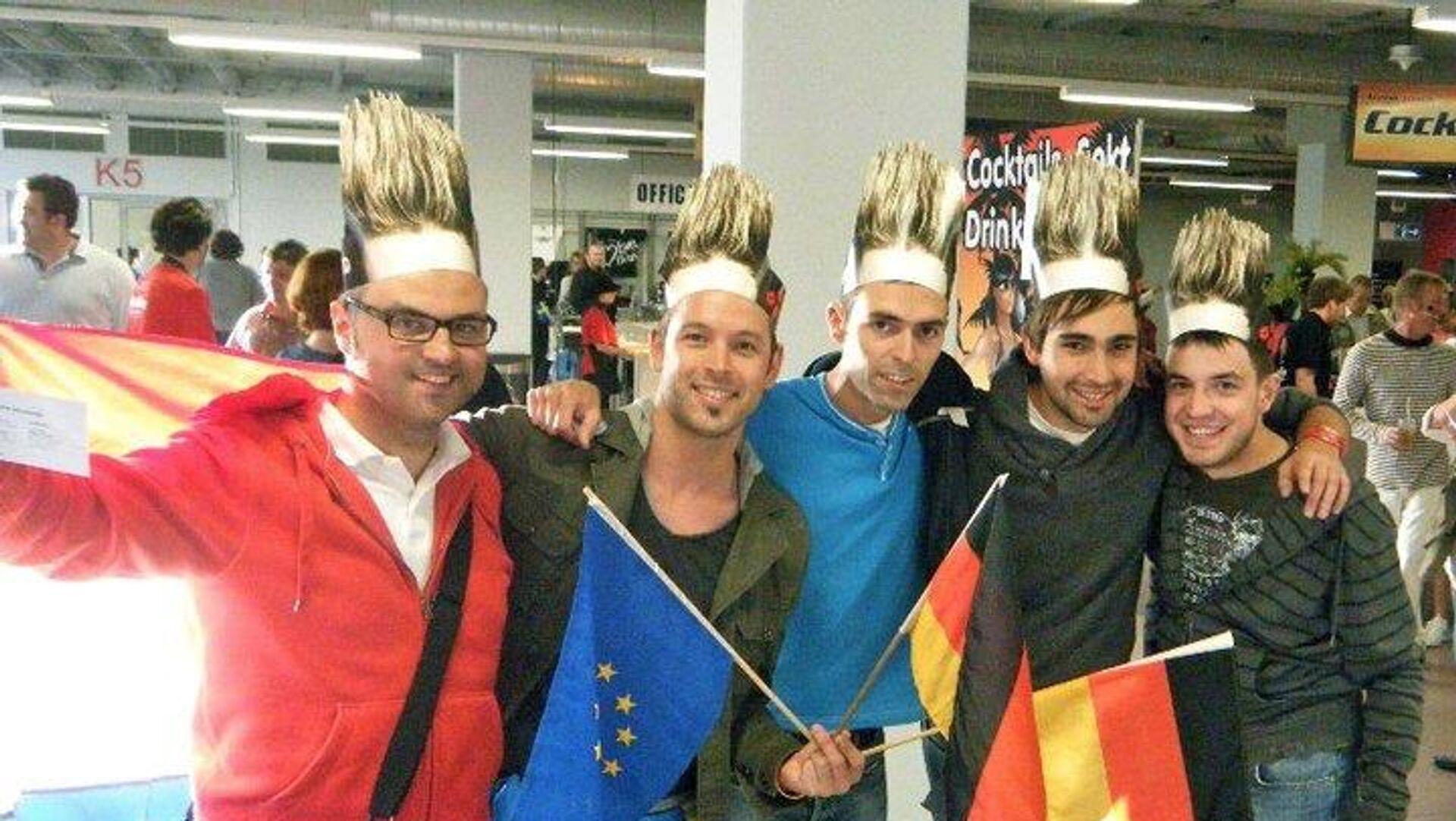 Iván Iñarra, primero a la izquierda, eurofan español, en el festival de Eurovisión del año 2011 junto a unos amigos - Sputnik Mundo, 1920, 21.05.2021