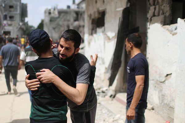 Israel y Hamás anunciaron un alto el fuego el 21 de mayo. En la foto: unos palestinos celebran la tregua en la Franja de Gaza. - Sputnik Mundo