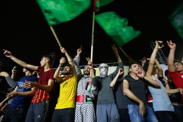 Cientos de palestinos se congregaron en las calles de la ciudad de Ramala, en Cisjordania, para festejar el alto el fuego con fuegos artificiales. - Sputnik Mundo