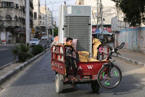 Una familia palestina vuelve a su casa en Gaza. - Sputnik Mundo