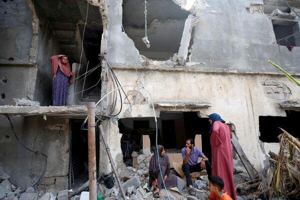 Unos palestinos regresan a su casa en Beit Hanun, destruida por un misil israelí. - Sputnik Mundo