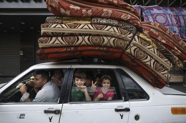El movimiento palestino Hamás accedió a aceptar el alto el fuego tras la mediación de El Cairo. En la foto: una familia palestina vuelve a su casa en Gaza. - Sputnik Mundo