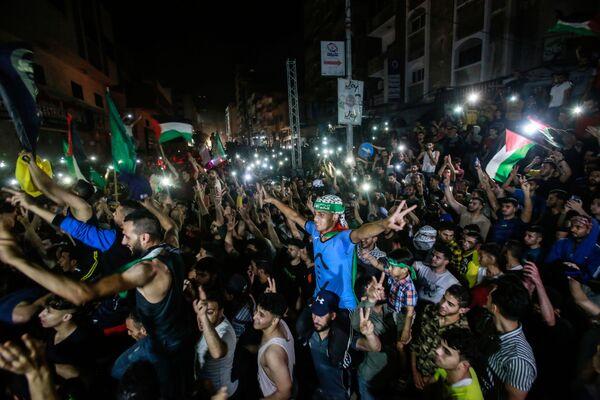 El presidente de Egipto, Abdelfatah Sisi, ordenó el envío de dos delegaciones de seguridad a Israel y Palestina para supervisar la implementación de la tregua en la Franja de Gaza. En la foto: los palestinos celebran el alto el fuego. - Sputnik Mundo