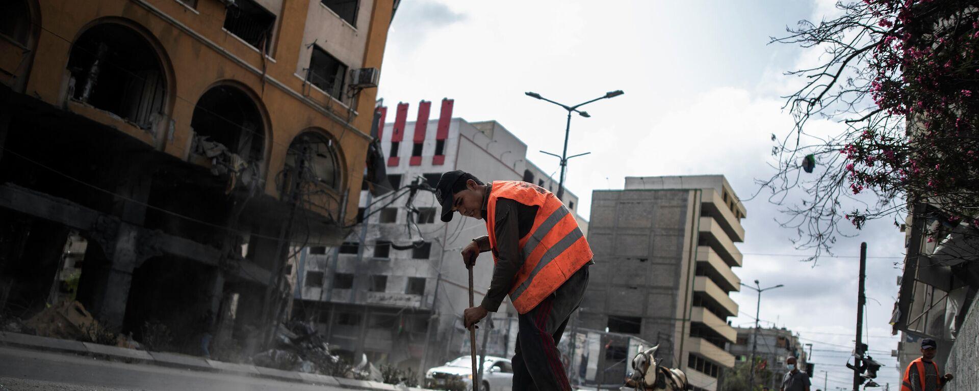 Un trabajador municipal en una calle de Gaza - Sputnik Mundo, 1920, 25.07.2021