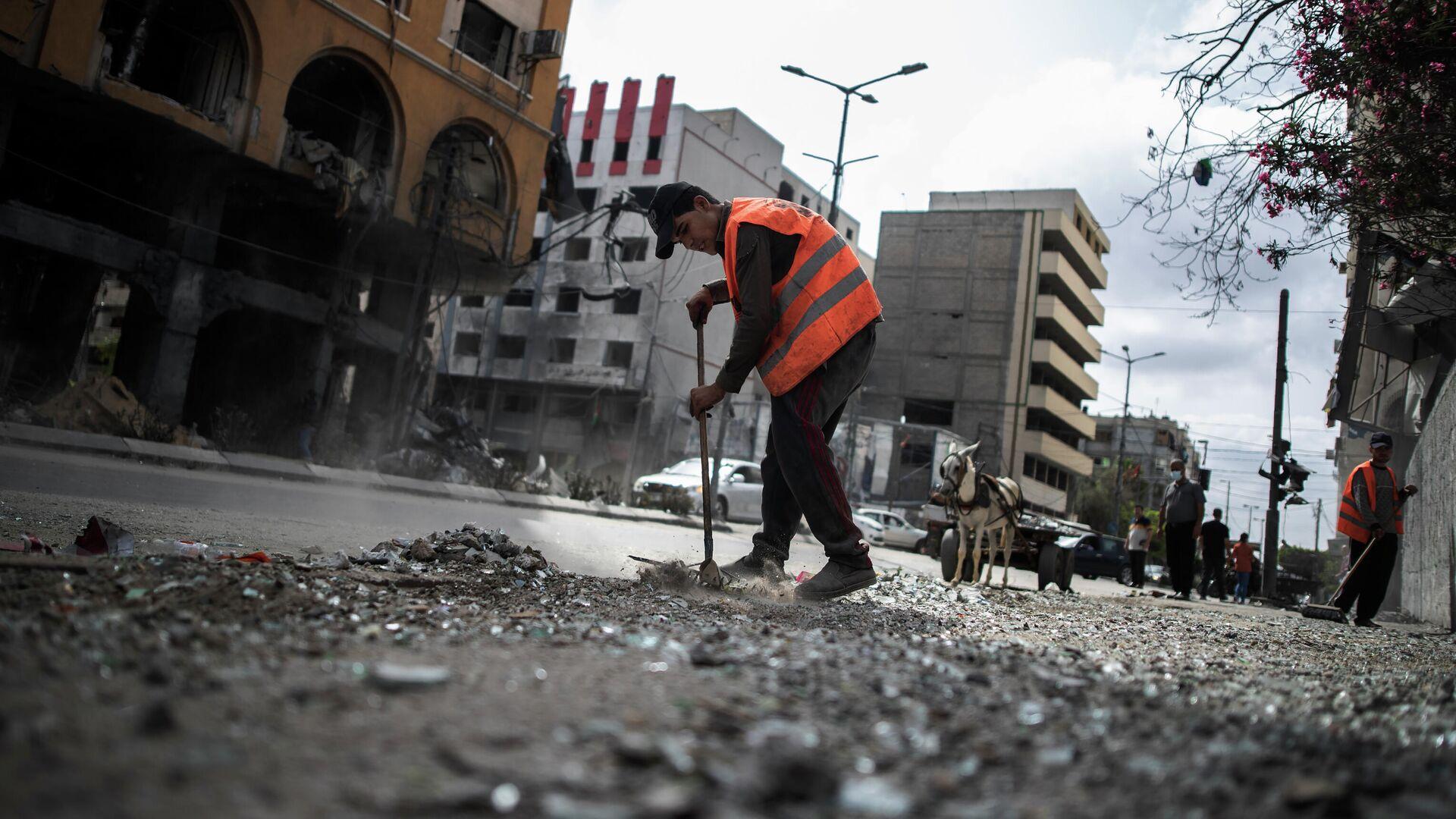 Un trabajador municipal en una calle de Gaza - Sputnik Mundo, 1920, 04.06.2021