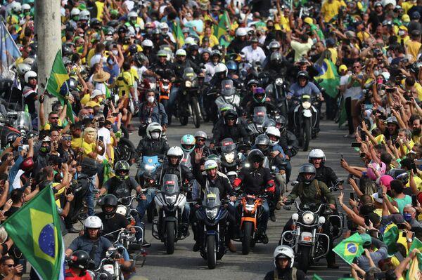 Jair Bolsonaro se rodea de simpatizantes en moto en Río de Janeiro - Sputnik Mundo