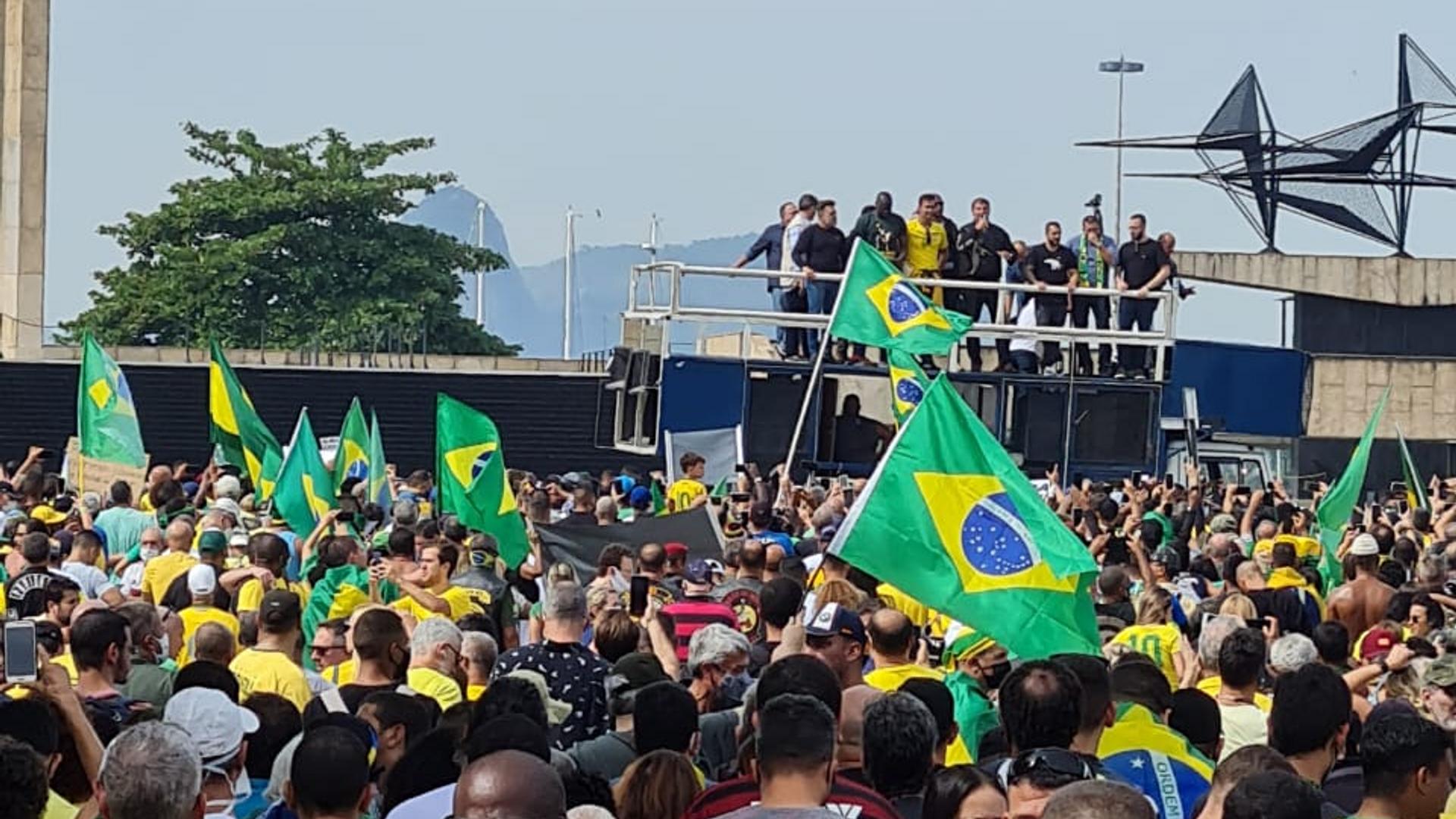 Miles de motoristas se manifestan en Rio de Janeiro en apoyo al presidente Jair Bolsonaro. El propio Bolsonaro les acompañó en el recorrido por las calles de la ciudad, junto al cuestionado ex-ministro de Salud Eduardo Pazuello. - Sputnik Mundo, 1920, 24.05.2021