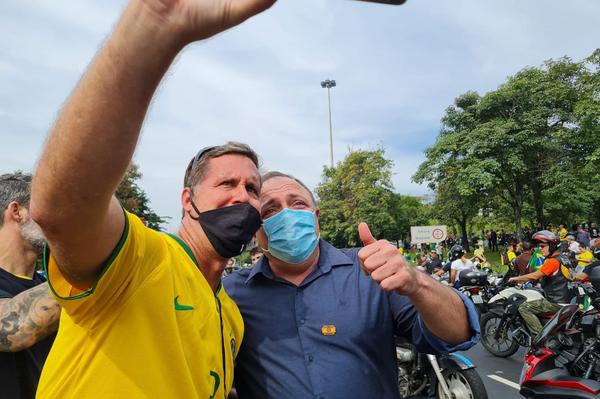 Miles de motoristas se manifestan en Rio de Janeiro en apoyo al presidente Jair Bolsonaro. El propio Bolsonaro les acompañó en el recorrido por las calles de la ciudad, junto al cuestionado ex-ministro de Salud Eduardo Pazuello. - Sputnik Mundo