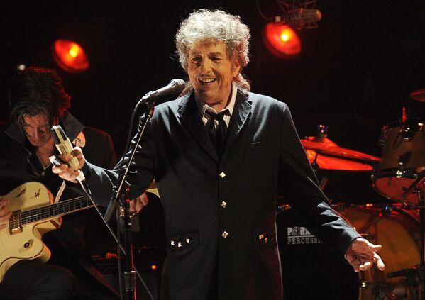 La carrera musical de Bob Dylan (nacido como Robert Zimmerman) comenzó hace seis décadas. El cantante no solo se robó millones de corazones con sus temas románticos, sino que se convirtió en un ícono de la protesta de los simpatizantes de la izquierda. En la foto: una actuación de Dylan en Los Ángeles, en 2012. - Sputnik Mundo