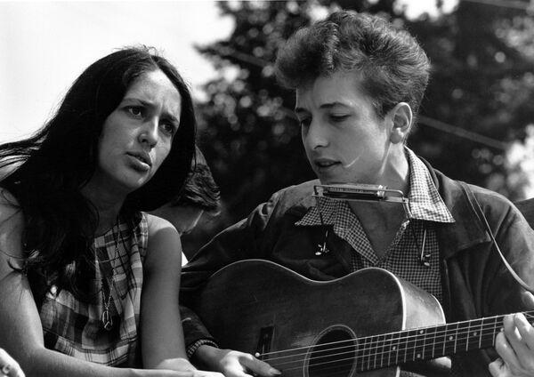 En aquel momento, Dylan conoció a la cantante de folk Joan Baez (en la foto). El 28 de agosto de 1963, Dylan y Baez asistieron a la icónica Marcha sobre Washington por el trabajo y la libertad en la que el activista afroamericano Martin Luther King Jr. pronunció su histórico discurso 'Yo tengo un sueño'. - Sputnik Mundo