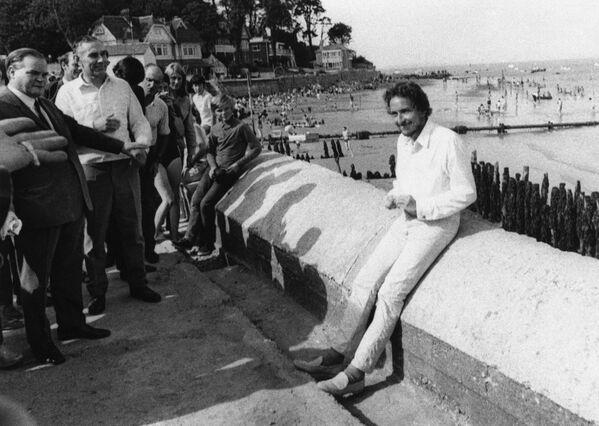 La popularidad de Dylan en la década de 1960 se debió en parte a su imagen de 'un ícono de la protesta'. Sus temas 'A Hard Rain's a-Gonna Fall' y 'Blowin' in The Wind', dedicados a la crisis de los misiles de Cuba y la lucha por los derechos de los afroamericanos, respectivamente, lo convirtieron en la voz de su generación. En la foto: Bob Dylan en la isla White, en el Reino Unido, en 1969. - Sputnik Mundo