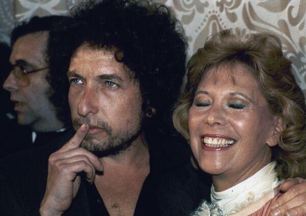 En 1971, Dylan volvió a escribir canciones de protesta. Primero, lanzó el tema 'George Jackson' que narra el asesinato en la cárcel de un activista marxista afroamericano. Y su tema 'Hurricane', escrito en 1976, está dedicado al boxeador afroamericano Rubin Carter, encarcelado injustamente. La historia del atleta también inspiró la película del mismo nombre, protagonizada por Denzel Washington. En la foto: Dylan junto a la cantante Dinah Shore en Nueva York, en 1982. - Sputnik Mundo
