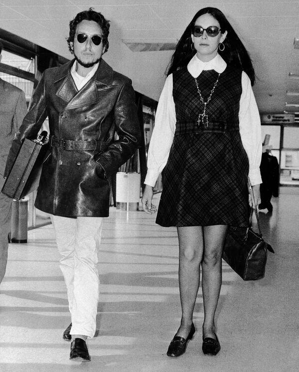 Dylan estuvo casado dos veces: tuvo cuatro hijos en su matrimonio con la modelo Sara Lownds (dcha.), con quien se divorció en 1977. Y en 1986, el cantautor pasó por el altar junto a la corista Carol Dennis. Hasta el momento, Dylan está soltero. - Sputnik Mundo
