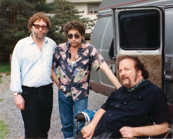 En 1990, durante una actuación ante los egresados de la prestigiosa academia militar West Point, en EEUU, Dylan interpretó el tema pacifista 'Masters of War'. Y en 1991, en plena operación Tormenta del Desierto, lo cantó en la gala de los Grammy para expresar su protesta contra la guerra entre EEUU e Irak. En la foto: Bob Dylan (centro) junto a unos amigos, el día de su cumpleaños número 50, en 1991. - Sputnik Mundo