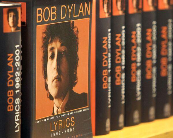 """En octubre de 2016, Bob Dylan fue galardonado con el Premio Nóbel de la Literatura por la creación de """"nuevas expresiones poéticas dentro de la gran tradición de la canción estadounidense"""". En la foto: unos libros de Bob Dylan en la Feria del Libro de Fráncfort (Alemania), en 2016. - Sputnik Mundo"""