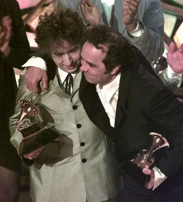 Bob Dylan (izda.) junto al productor Daniel Lanois en la 40 entrega de los Grammy en Nueva York, en 1998. - Sputnik Mundo