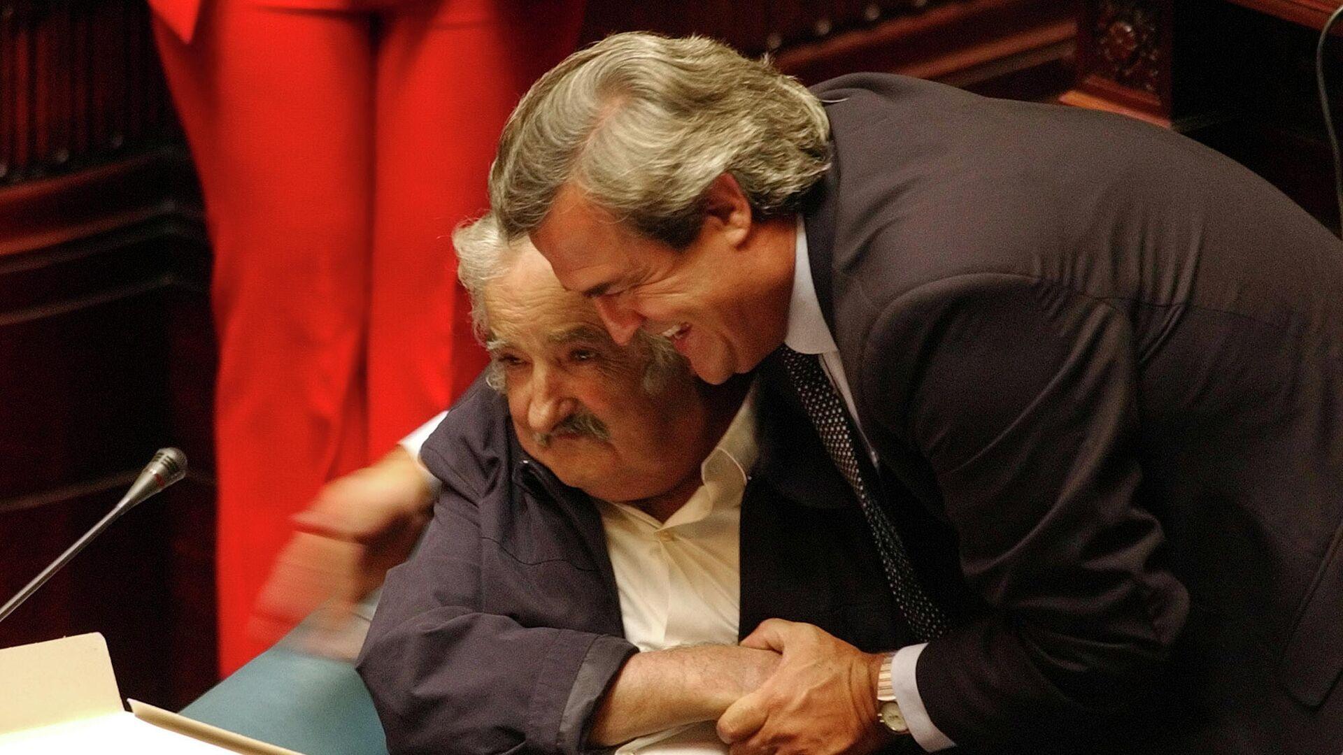 José Mujica y Jorge Larrañaga se abrazan en la primera sesión del Senado en 2005 - Sputnik Mundo, 1920, 24.05.2021