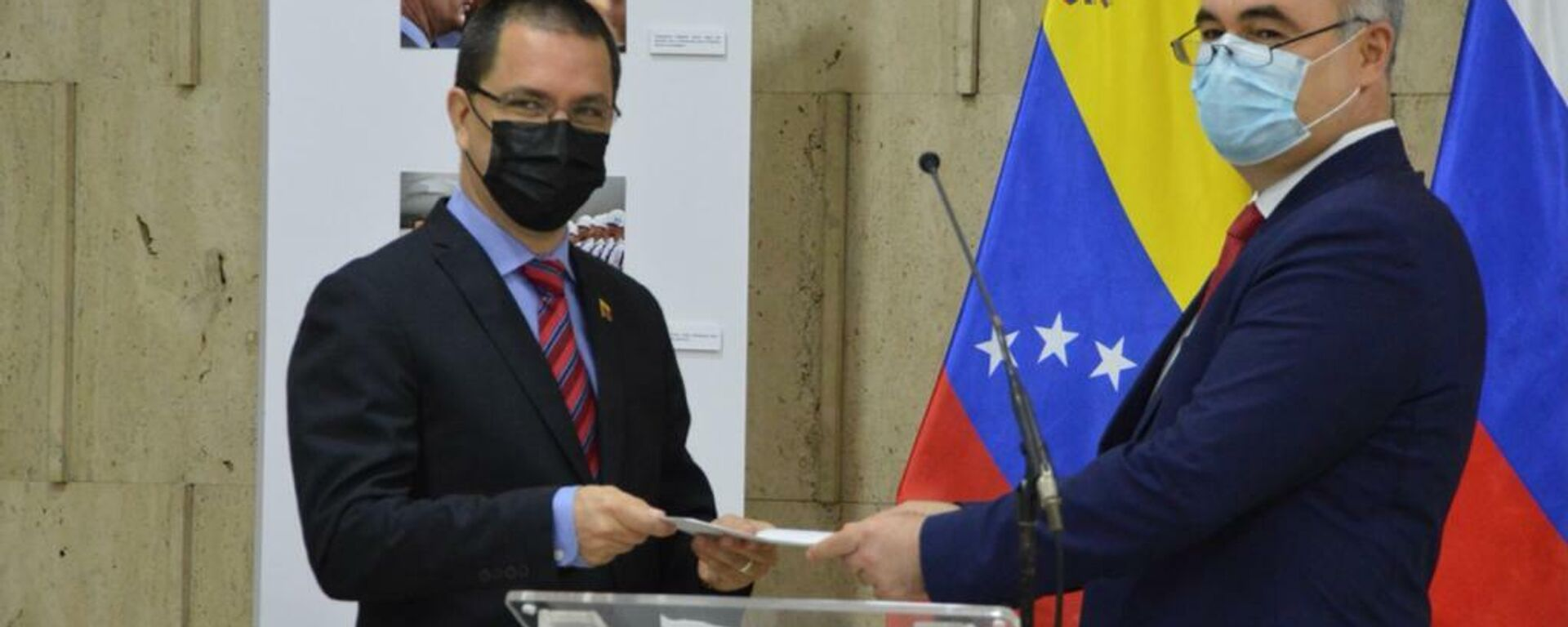 El canciller venezolano, Jorge Arreaza (izda.), con el embajador de Rusia en Venezuela, Serguéi Melik-Bagdasárov (dcha.) - Sputnik Mundo, 1920, 24.05.2021