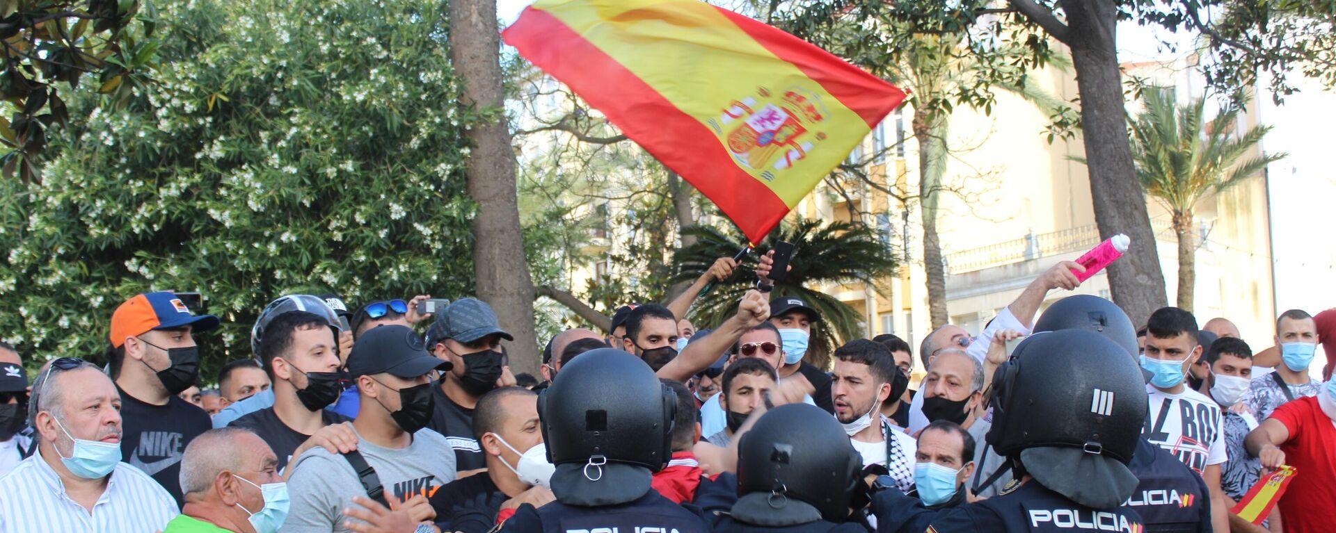 La Policía controla a un grupo de manifestantes con motivo de la presencia del presidente de Vox, Santiago Abascal, en Ceuta  - Sputnik Mundo, 1920, 25.05.2021