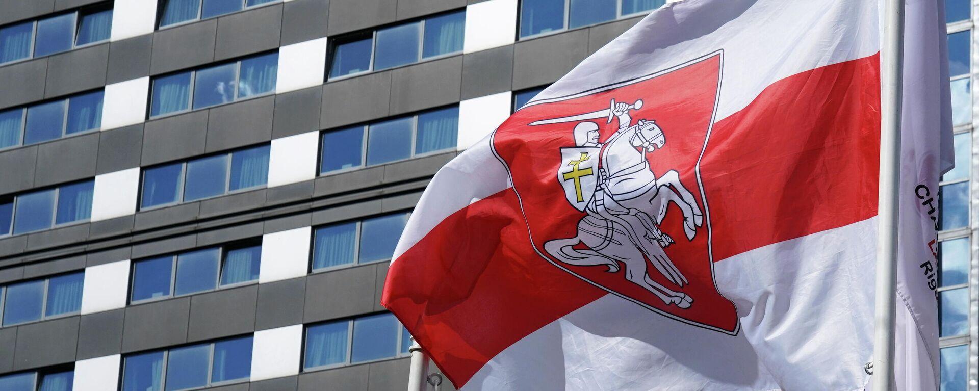 Bandera roja y blanca que utiliza la oposición bielorrusa, en el Campeonato Mundial de Hockey sobre Hielo - Sputnik Mundo, 1920, 25.05.2021