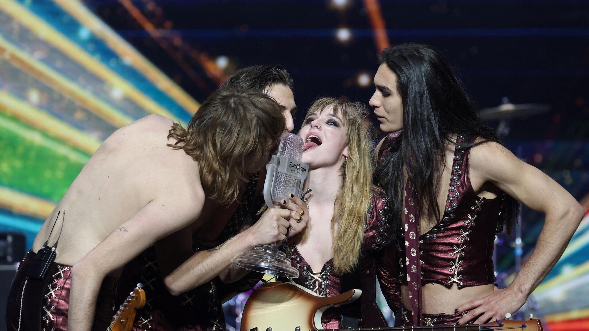 La banda italiana Maneskin junto al trofeo de Eurovision 2021 - Sputnik Mundo, 1920, 25.05.2021