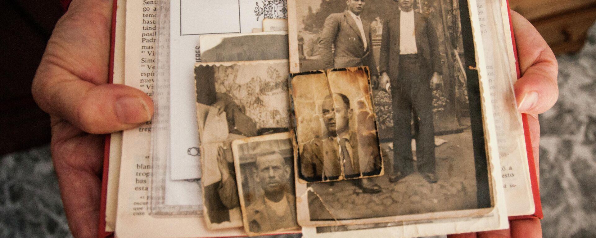 Restos de fotografías y notas de un asesinado en la Guerra Civil o la dictadura - Sputnik Mundo, 1920, 26.05.2021