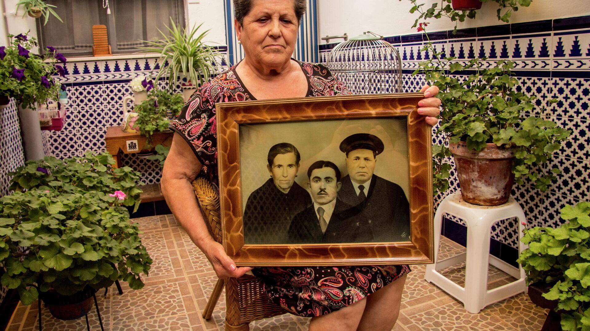 La sobrina de Alfonso Campos, asesinado durante la Guerra Civil, con una imagen suya - Sputnik Mundo, 1920, 25.05.2021