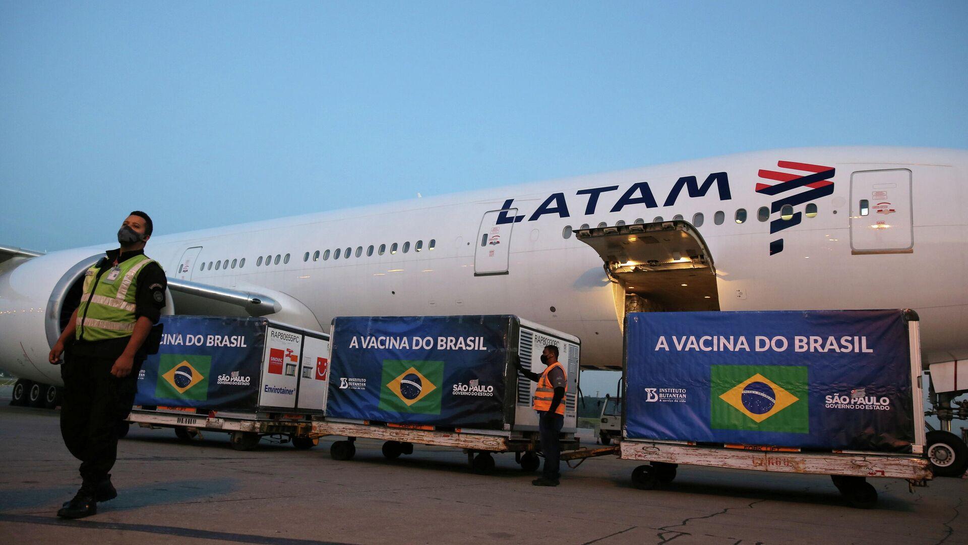 Avión con insumos para producir cinco millones de vacunas de Sinovac en Brasil - Sputnik Mundo, 1920, 25.05.2021