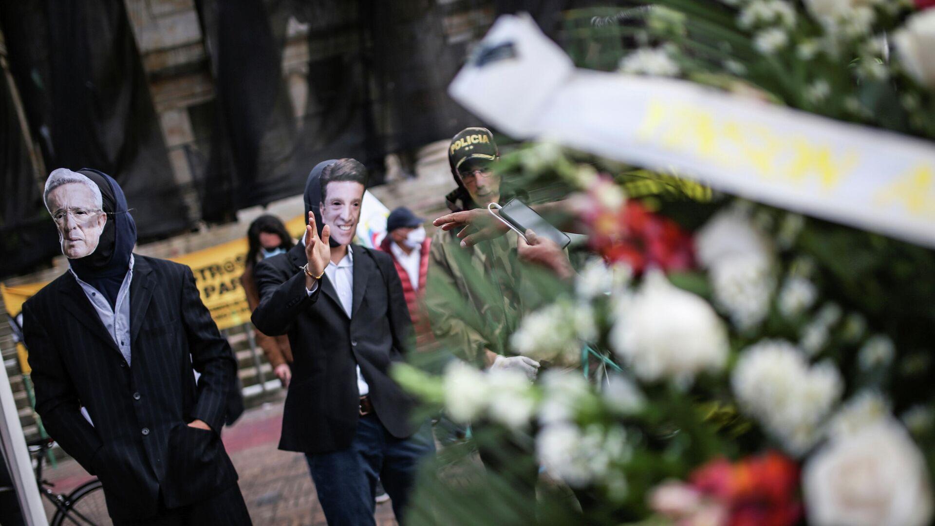 Los manifestantes usan máscaras que representan al expresidente de Colombia, Álvaro Uribe, al ministro de Defensa, Diego Molano, y al director de la Policía Nacional, general Jorge Luis Vargas - Sputnik Mundo, 1920, 26.05.2021