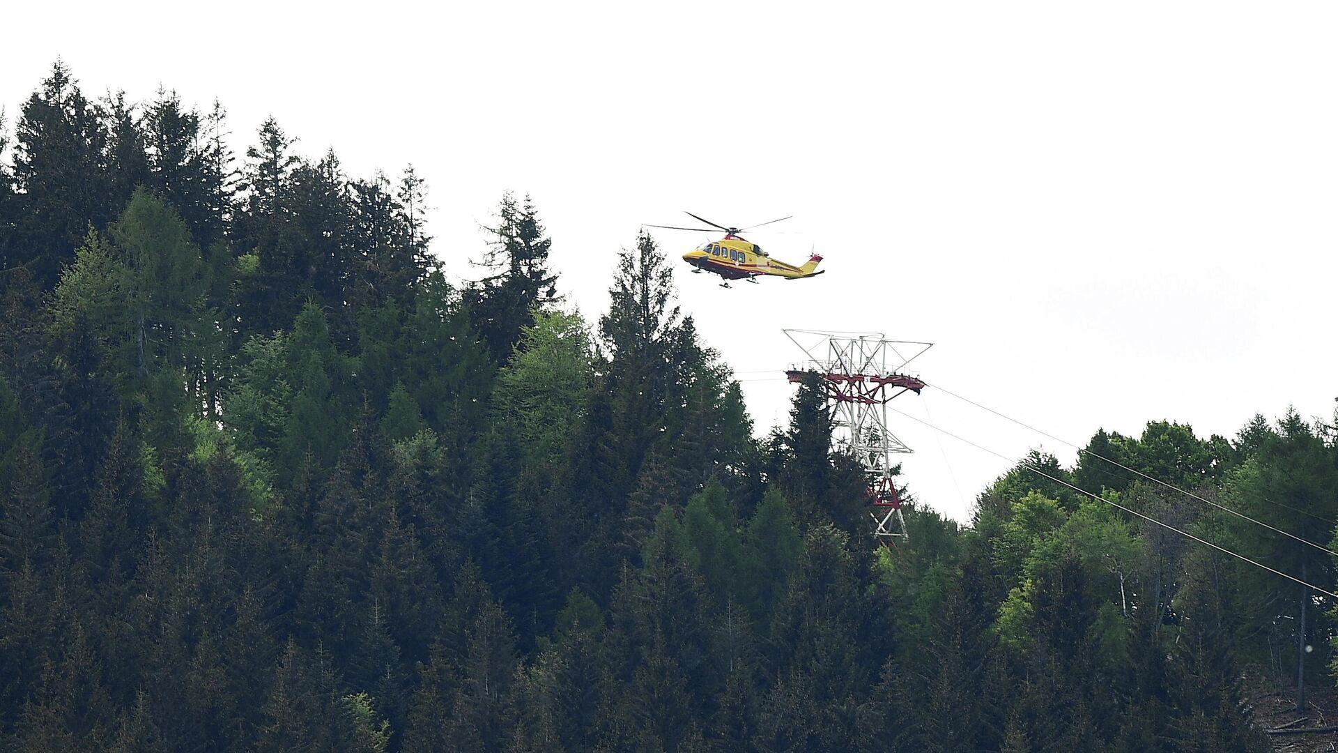 Helicóptero en el lugar del desplome de un teleférico en el norte de Italia - Sputnik Mundo, 1920, 26.05.2021