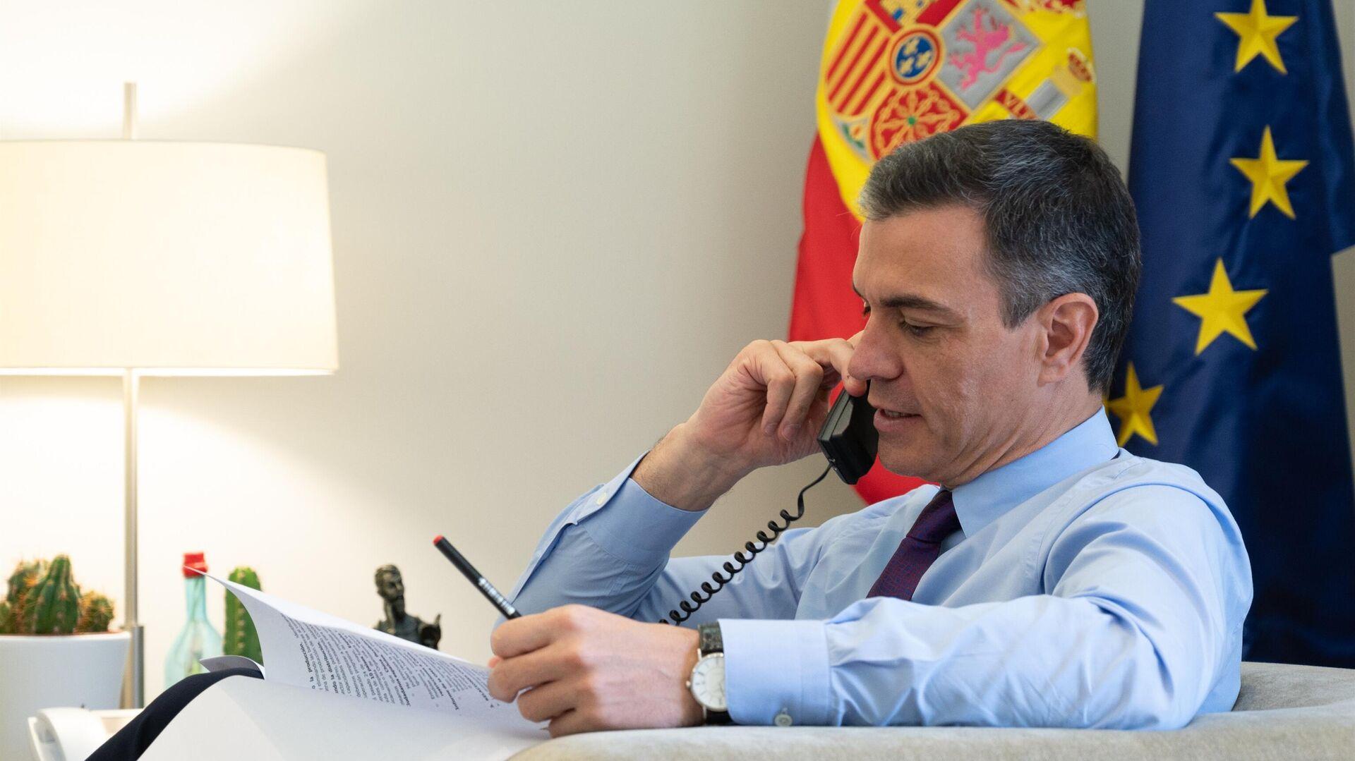 El presidente del Gobierno español, Pedro Sánchez, habla por teléfono - Sputnik Mundo, 1920, 26.05.2021