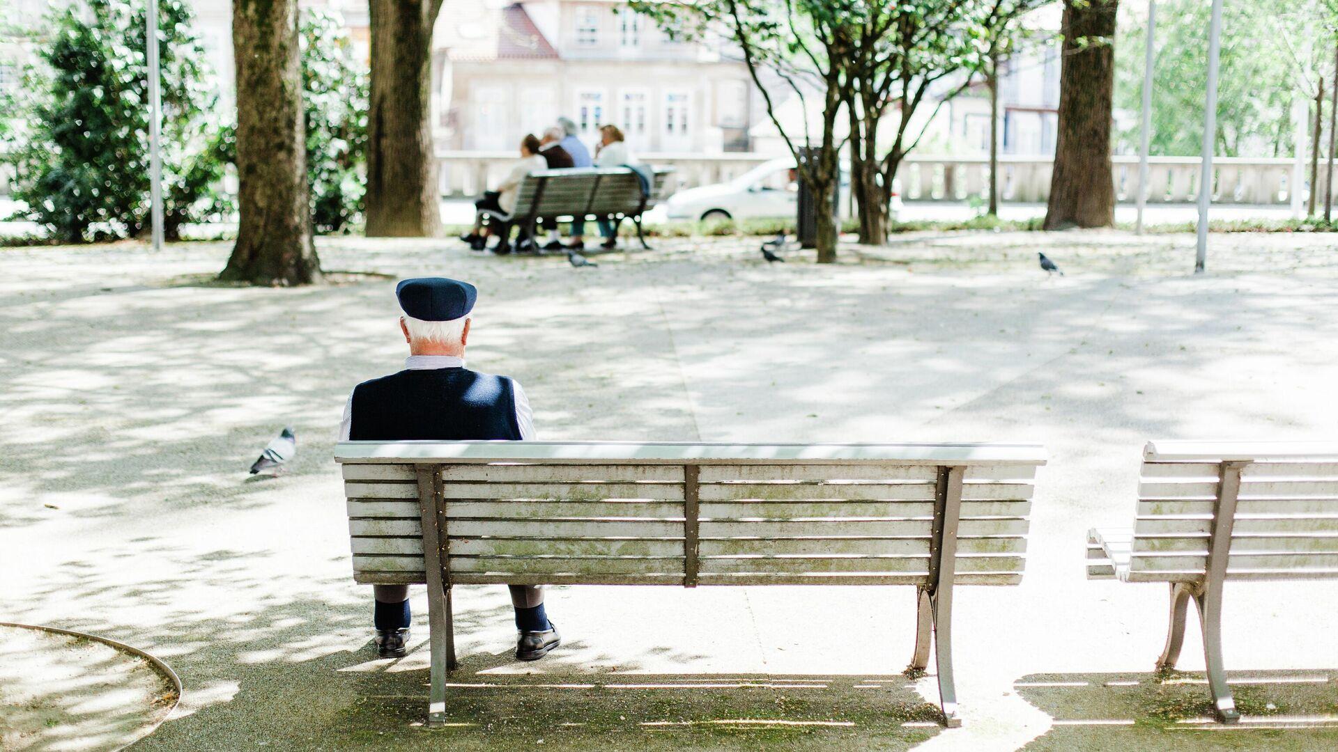 Un señor mayor en una plaza - Sputnik Mundo, 1920, 06.07.2021