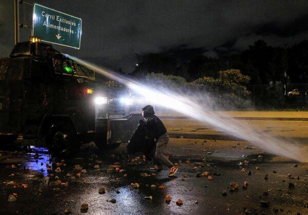 En Bogotá, sin embargo, algunas protestas terminaron en enfrentamientos entre la Policía y los manifestantes. - Sputnik Mundo