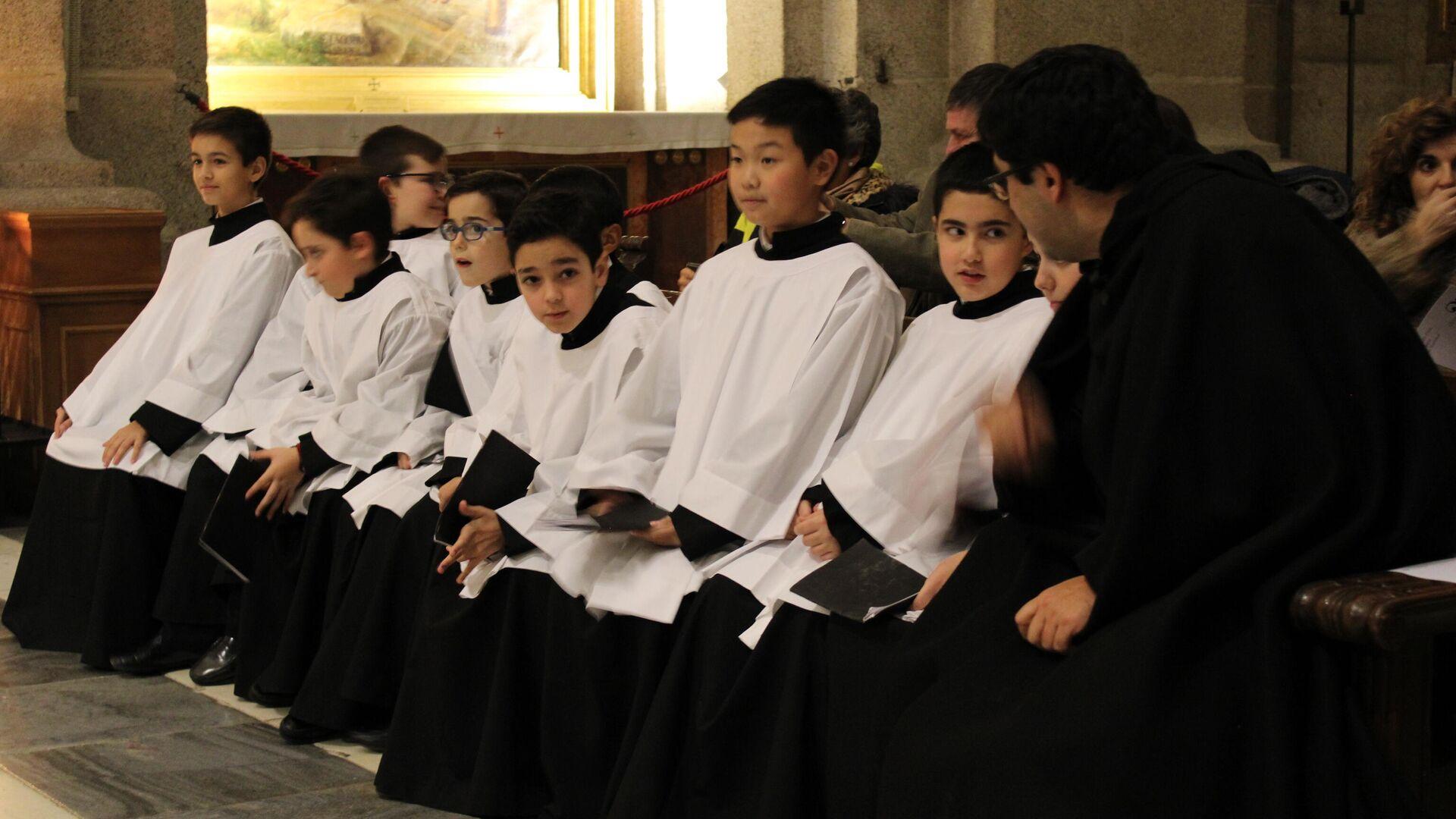 Integrantes del coro del Real Monasterio de San Lorenzo del Escorial - Sputnik Mundo, 1920, 28.05.2021