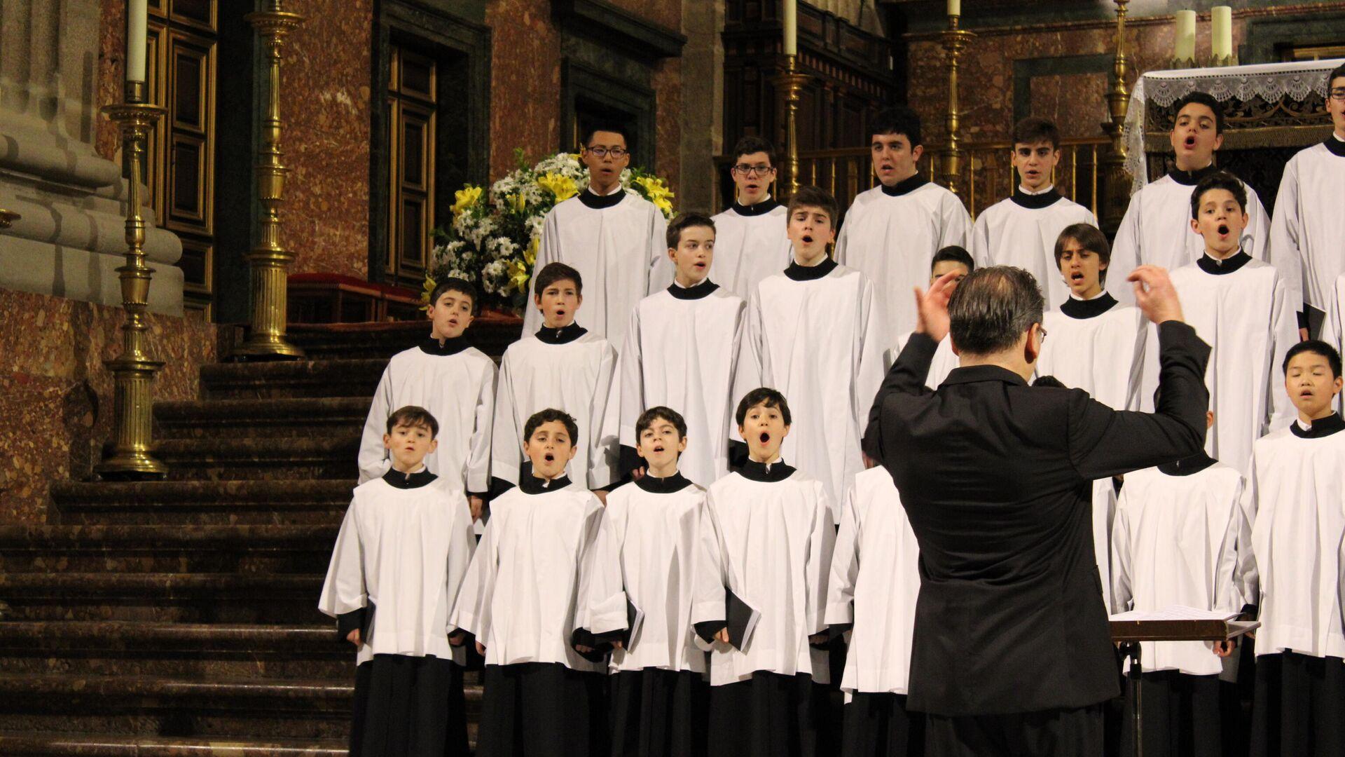 Niños cantando en el coro del Real Monasterio de San Lorenzo del Escorial - Sputnik Mundo, 1920, 28.05.2021