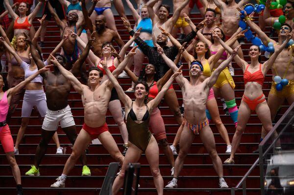 Los miembros y el elenco del espectáculo benéfico Broadway Bares actúan durante la grabación de un video titulado Twerk from Home en el Times Square, Nueva York, EEUU. - Sputnik Mundo