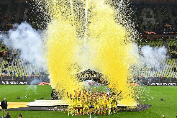 Los jugadores del Villarreal celebran su victoria sobre el Manchester United en la final de la Liga Europa de la UEFA en Gdansk, Polonia. - Sputnik Mundo