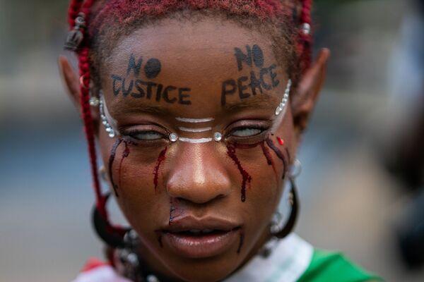 Una participante de una manifestación en memoria de George Floyd en el aniversario de su muerte en Nueva York, Estados Unidos. - Sputnik Mundo