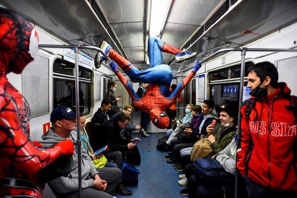 Un bailarín disfrazado de Hombre Araña actúa en un vagón de metro en San Petersburgo, Rusia. - Sputnik Mundo
