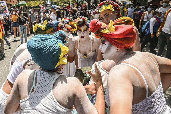 Artistas actúan durante una manifestación antigubernamental en Medellín, Colombia.  - Sputnik Mundo
