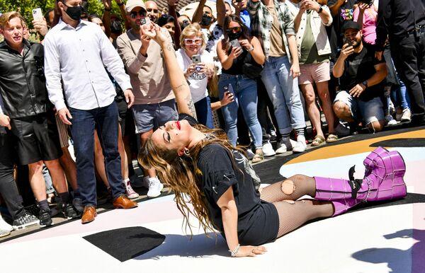 La cantante Lady Gaga posa en un mural callejero dedicado al décimo aniversario del lanzamiento de su álbum Born This Way, en California, Estados Unidos. - Sputnik Mundo